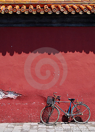 Free Bicycle Under Old Wall Stock Images - 5660534