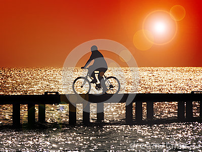 Bicycling no por do sol