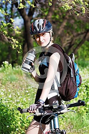 Bicyclist activo en el parque
