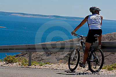 Bicyclist observes the view, sport Editorial Stock Image
