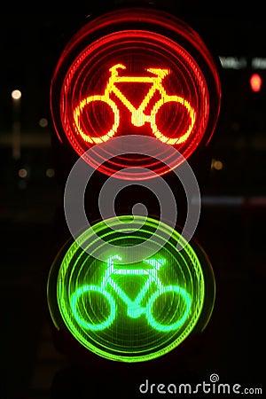 Bicyclists zielonego światła czerwony ruch drogowy