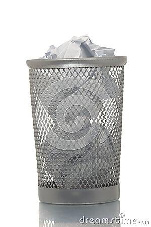 Bidone della spazzatura della maglia in pieno di carta