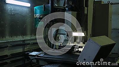 Biegać mielenie maszynę z CNC i przepływ tnący fluid zbiory wideo