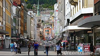 BIEL/BIENNE - DIE SCHWEIZ, IM AUGUST 2015: im Stadtzentrum gelegene Schweizer Straßenansicht stock video footage