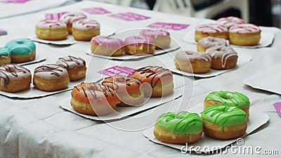 Bielu stół słuzyć z kolorowymi pączkami piekarni projekta wizerunku produkty cukierki słodycze zbiory wideo