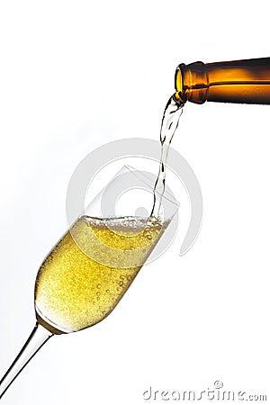 Bier gießen innen ein Glas.