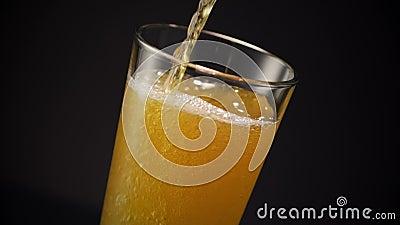 Bier-Glas gießen