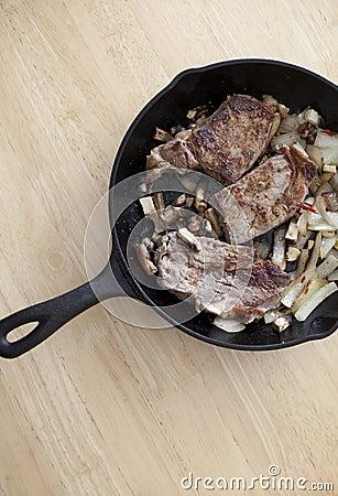 Bife em uma bandeja do ferro fundido