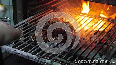 Bife grelhado saboroso no forno vídeos de arquivo