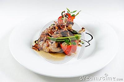 Bife suculento do cordeiro com vegetais