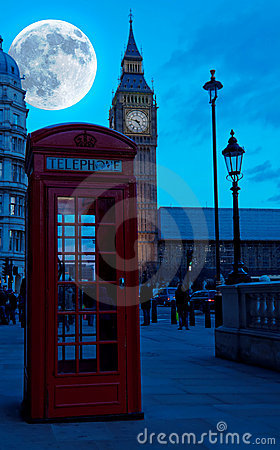 The Big Ben in London ith a bright full moon