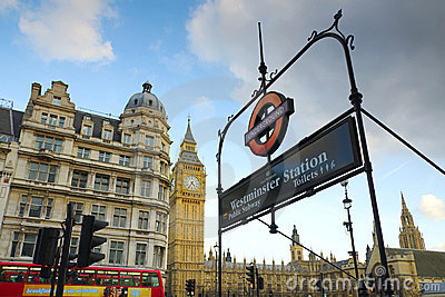 Big Ben und Westminster stationieren Zeichen, London Redaktionelles Stockfoto