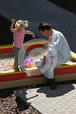 Bij de speelplaats van de kinderen