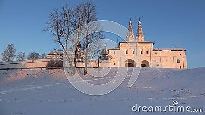 Bij het klooster Ferapontov Belozersky, december, avond Vologda, Rusland stock footage