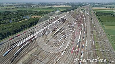Bijkantoren van de spoorweg op de rangeerplaats, veel goederenwagens vanaf de hoogte stock videobeelden