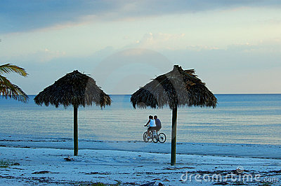 Bike los pares del montar a caballo en la playa de fuerte Myers