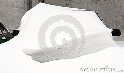 Bil under snowen