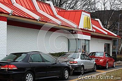 Bilar på McDonalds Drev-till och med Redaktionell Arkivfoto