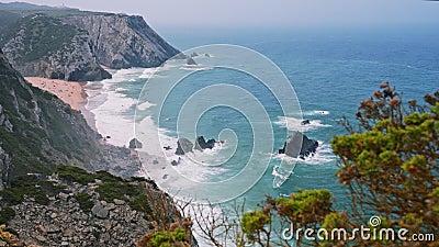 4 000 bilder från stranden Praia da Adraga Vita atlantiska havsvågor som rullar mot sandstrand med vilande turister stock video