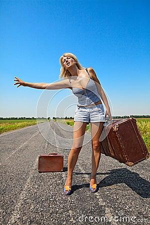 Bilen stoppar resväskakvinnan