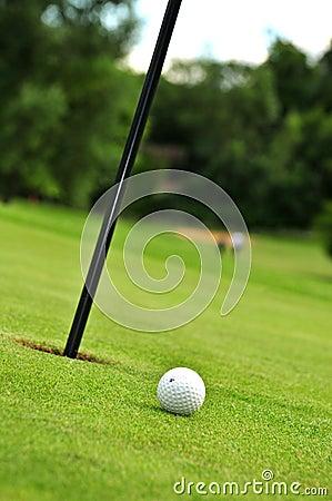 Bille et trou de golf
