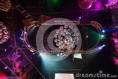Billes brillantes sur le plafond Photographie éditorial
