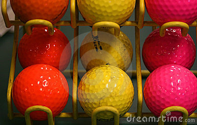 Billes de golf colorées.