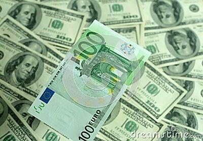 Billete de banco cientos primers de los euros en un fondo de