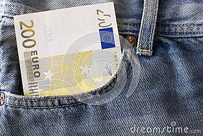 Billete de banco del euro dosciento en bolsillo de los pantalones vaqueros.