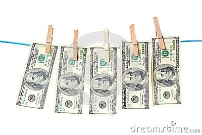 Billetes de dólar que se secan en una cuerda