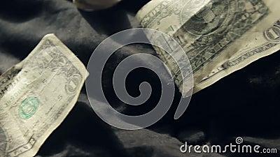 Billets d'un dollar sur un lit banque de vidéos