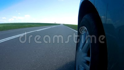 Bilstopp på en vägren av en huvudväg i en solig sommardag Kameran monteras på en sida av bilen stock video