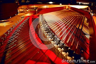 Binnen een grote piano