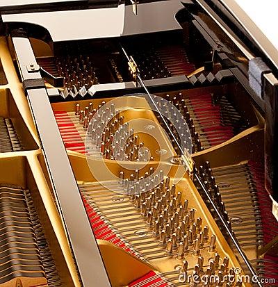Binnen grote piano