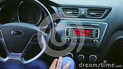 Binnenland van de auto Bestuurder die radiomontages schakelen en de muziek luisteren stock videobeelden
