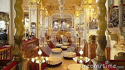 Binnenland van de beroemde Koffie New York bij Boscolo-Hotel in Boedapest stock video