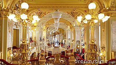 Binnenland van de beroemde Koffie New York bij Boscolo-Hotel in Boedapest stock videobeelden
