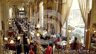 Binnenland van de beroemde Koffie New York bij Boscolo-Hotel in Boedapest stock footage