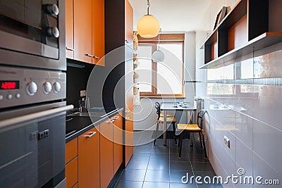 Binnenland van kleine witte keuken met lijst stock foto beeld 41314942 - Kleine witte keuken ...