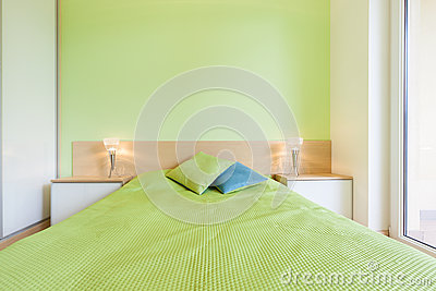 Binnenland Van Slaapkamer Met Groene Muur Stock Foto - Afbeelding ...