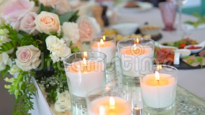 Binnenste details van de bruiloft met gedecoreerde tafel in restaurant Ontwerp decor Catering Gedestilleerde tabel voor stock footage