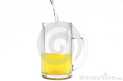 Bière versant dans la tasse froide