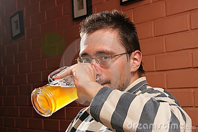 Birra bevente dell uomo
