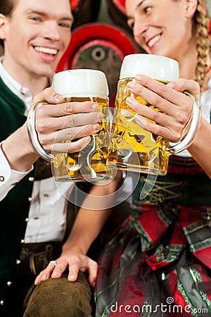 Birra bevente delle coppie in fabbrica di birra