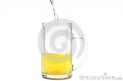 Birra che riempie nella tazza fredda