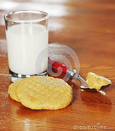 Biscoitos e leite de manteiga do amendoim