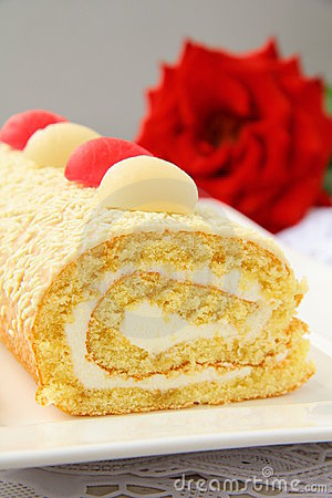 Biscuit roulade with cream