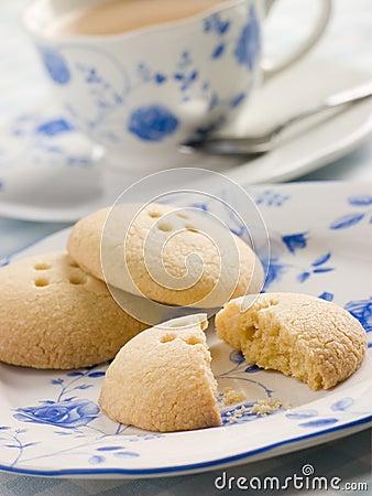 Biscuits de bouton de Wellington avec une cuvette de thé