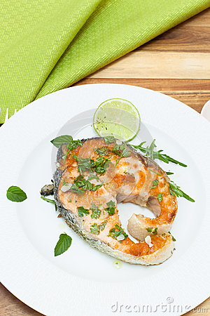 Bistecca di color salmone arrostita