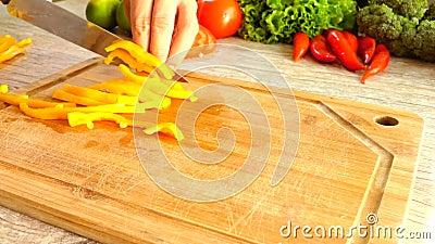 Bitande gul peppar i ultrarapid stock video
